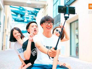 """Selfie-urile au ,,invadat"""" reţelele sociale! Fă şi tu selfie-uri originale cu selfie stick-ul Xiaomi"""