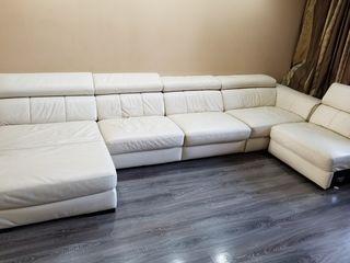 Уголовой кожаный диван.