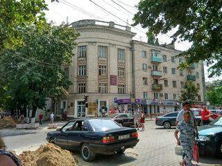 "96 m2 in casa de tip ""Stalinka"" pe Ștefan cel Mare colț cu Tighina."
