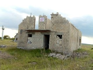 se vinde teren 6 ari, casa nefinisata