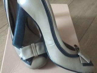 Vînd pantofi și o pereche de cizme...