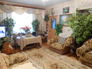 Продам дом в Единцах с гаражом на три авто и магазином с террасой.