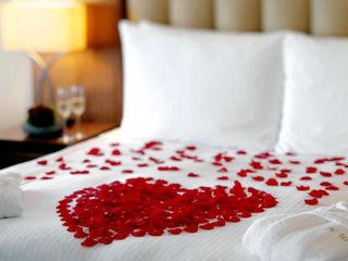 Лепестками роз в номере.  романтический сюрприз для вашей второй половинки 599 лей