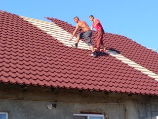 Montarea acoperisilor pe tot intregul tarii avem o gama mare de culori si forme de tigla metalica