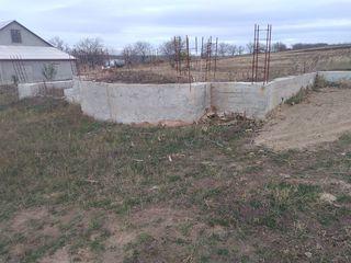 Vind locul de teren cu fundatie