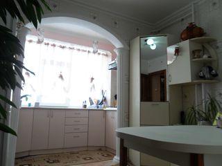 Меблированная 3-х комн.кв-ра с евроремонтом и авт.отопленим в центре Яловень.Цена: 39900 евро.