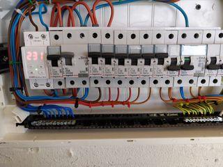 Efectuam lucrari electrice.     Осуществляем электромонтажные работы.