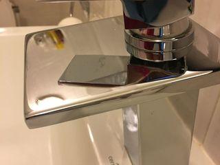 Robinet exclusiv, calitativ, greu, curge apa sub formă de cascadă, este acesta din foto, în stare ex