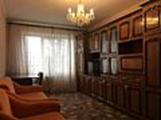 se vinde apartament cu 2 odai linga piata urgent mobilat