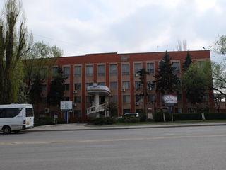 Административное здание у дороги