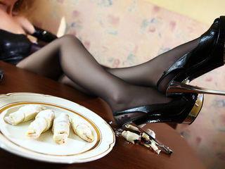 Мальчики если вы еще сидите, то упали на колени. королева пришла.торопись на аудиенцию раб.