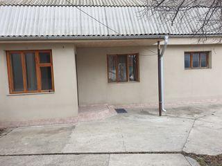 Dau în chirie casă pe pământ ialoveni costești (centru)..cu un dormitor  16m 2.. bucătărie 12m 2 ..