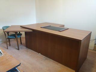 Офисный стол.
