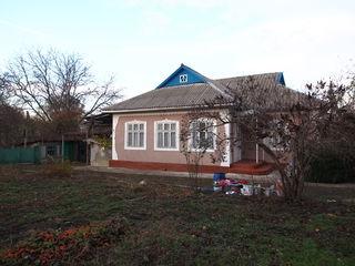 Se vinde casa 40 km de Chisinau , loc drept , drum de piatra  . 17 sote.