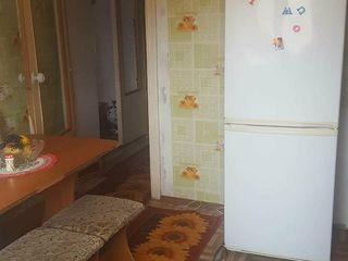 Vind urgent apartament cu 2 odai seria 143, pret negociabil, posibil in rate. Straseni.