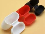 vind două huse de silicon noi pentru airpods una albă si una neagră.