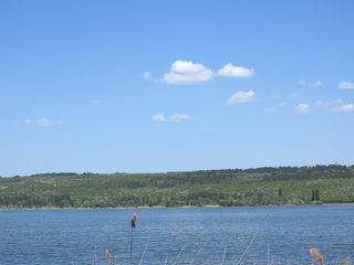Lot pitoresc  pe malul lacului  ! Teren privat,suprafata - 5200 m2 !!! Investitie ireprosabila !