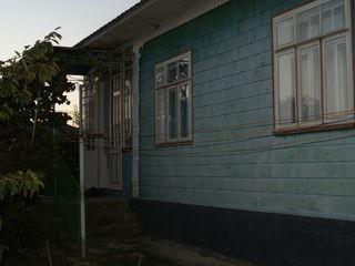 продается в селБратушаны отличный дом с огородом 21 сотка.имеет 3 комнаты-зал.спальня детская.кухня