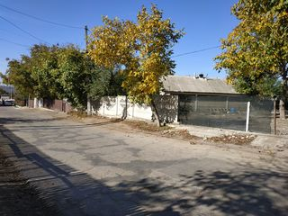 chisinau bacioi 15  sote lot  drept  zona  centru.pentru o familie  mare posibel pentru 2 case