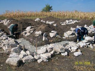 se vinde lot de teren cu temelie si fintina in or Floresti