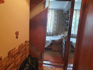 Centru, apartament cu o odaie, etajul trei, mobilat-25000 euro