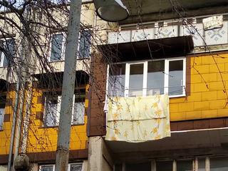 Vind apartament cu trei camere in or.Biruinta, cu suprafata 76m2, la etajul 4 din 5.