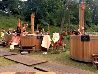 Купели Ofuro,  деревянные душевые кабины и раковины из ольхи, сибирской лиственницы и дуба.