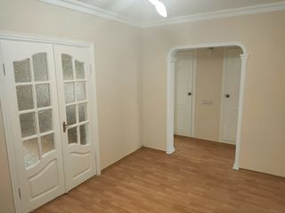 Apartament cu trei camere mobilat, seria 143, incalzire autonoma, zona linistita de parc