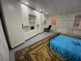 Se oferă casă în chirie sectorul centru cu terasă, spațiu de idihnă.La un preț achcesibil