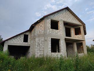 Casă,2 nivele și jumate,com.Trușeni,sector nou,158m pătrați ,12ari, 300m de la stația de troleibuz.