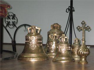 Колокола из бронзы,накупольные кресты,бра,решетки на солею.Хоругви-стяги.