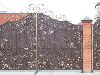 Porți, garduri, balustrade, copertine, gratii, uși metalice și alte confecții din fier forjat.