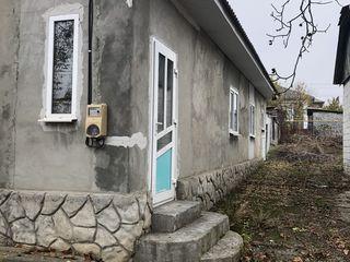 Se vinde casa in Riscani la Malinovca linga Colegiul. Sarai cu reparatie.