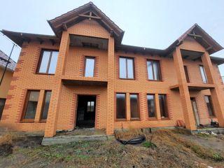 Продается дом типа дуплекс, общая площадь 180 м2 каждый. Дом новый, готов к ремонту!