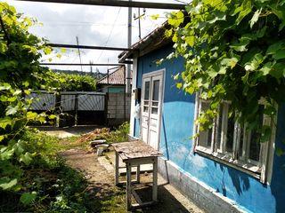 Продается старый дом (требует ремонта) + незавершенная постройка на участке в 5 соток недалеко от це