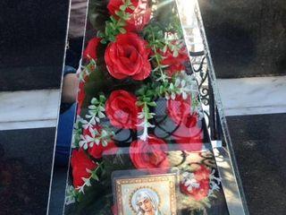 Piramide din sticla pentru mormante/Стеклянные украшения для могил.
