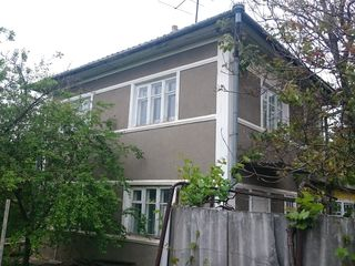 Se vinde casă cu 2 etaje în centrul satului Sărata-Galbenă