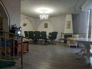 Продаем отдельно стоящее здание в 500 м2 на 4 сот земли в центре г. Кишинев ! Первая линия!