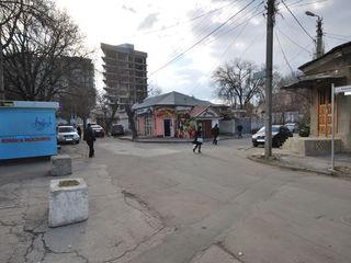 27м2 торговой площади и 50м2 подвала в центре г. Кишинева возле Asem!!Первая линия!
