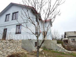 Spre vânzare casă în 3 nivele, 130 mp + 6 ari, amplasată la Dumbrava!