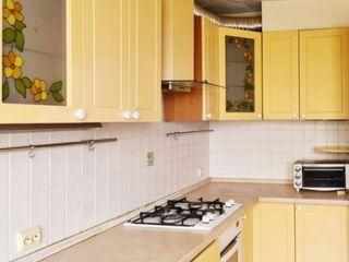 Se ofera in chirie apartament  situat în sectorul Dacia Apartamentul dispune bloc sanitar si de 3 do