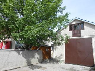 Меняю дом с гаражом на три авто и магазином с террасой в городе Единцы