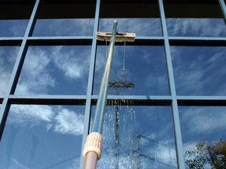Mойка и чистка фасадов и окон на высоте.