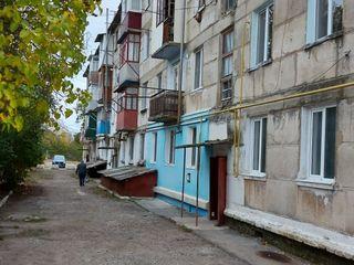 Se vinde urgent apartament in or.Donduseni cu 3 camere,garaj si anexe.Se poate de negociat.