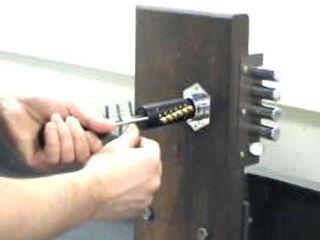 Вскрытие дверей квартир,сейфов,гаражей,автомобилей!Deschiderea lacatelor blocate!