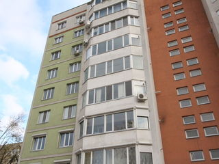 Apartament cu 3 odai si un living spatios intr-un bloc nou, sect. Centru