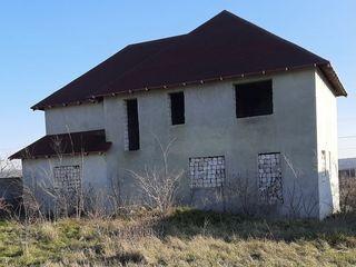 Продам недостроенный дом и земельный участок.