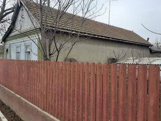 Дом, участок земли в центре с. Кирсово