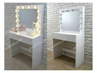 Oglinda cu becuri pentru make-up.