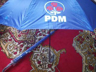 Продам 2 новых зонтика!  Vand 2 umbrele noi 150 lei unu!